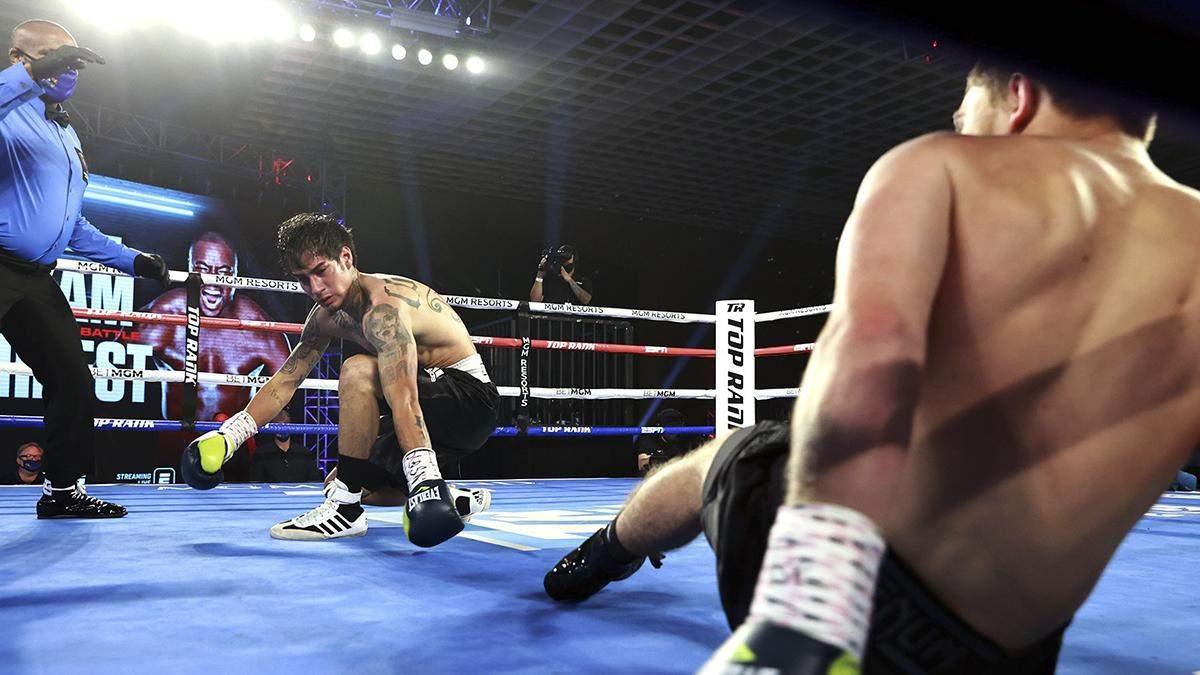 Двойной нокдаун: боксеры встречными ударами завалили друг друга