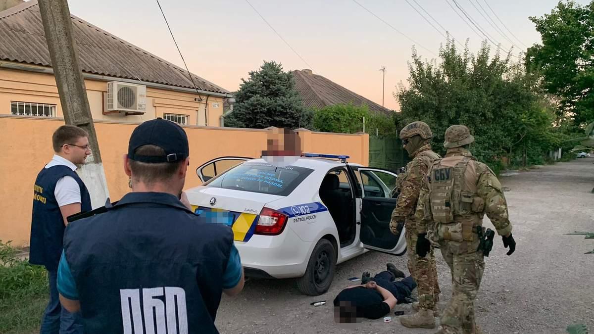 Полицейские в Донецкой области торговали наркотиками: фото задержания