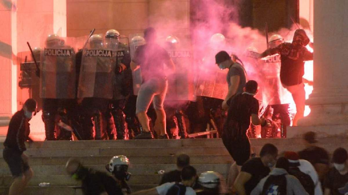 У Сербії не вщухають протести: акції переросли у масові сутички з поліцією
