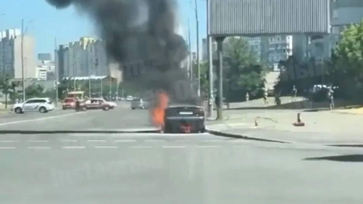 В Киеве на Троещине во время движения загорелось авто: все подробности