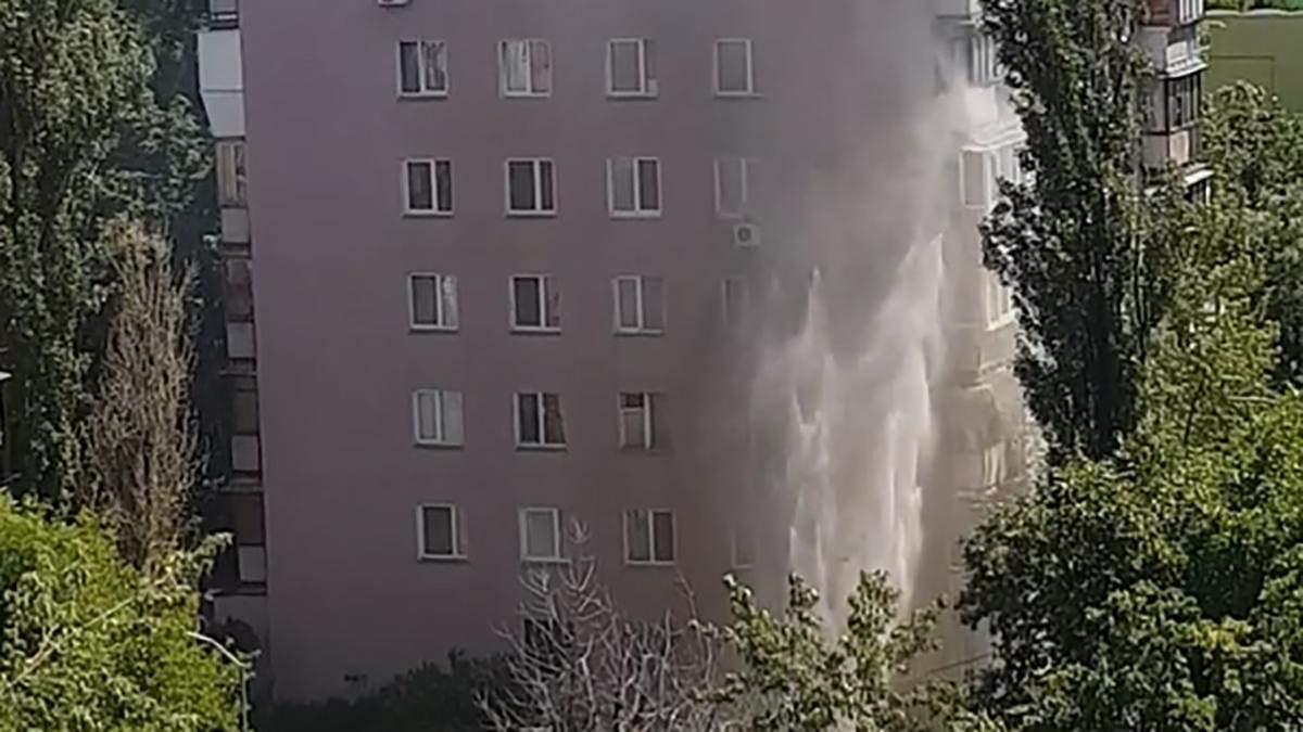 В Киеве на Березняках прорвало трубу: образовался рекордный фонтан