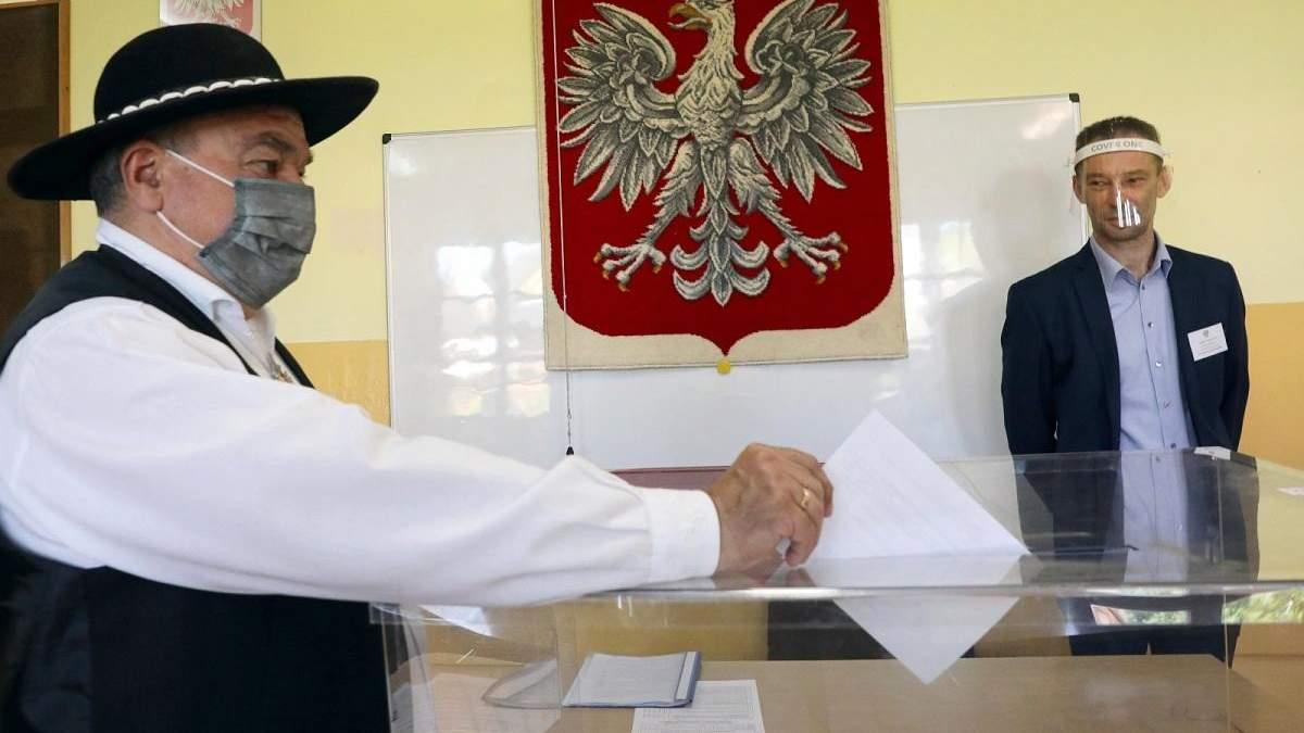 Глава правлячої партії Польщі зустрів на виборчій дільниці себе