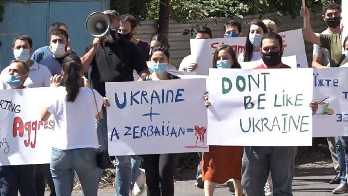 Посольство України облили борщем у Єревані 15.07.2020: відео