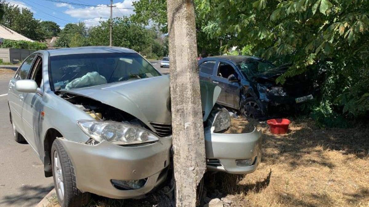 Страшна ДТП у Маріуполі: щоб дістати потерпілих із авто, викликали рятувальників – фото