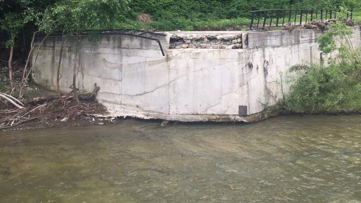 В Шешорах на Прикарпатье непогода полностью разрушила мост: фото