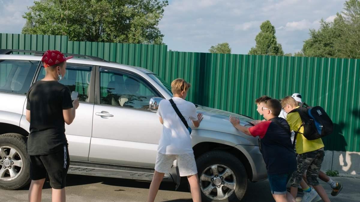 На них їдуть авто та кидаються з кийками: як безстрашні підлітки Києва ловлять водіїв-порушників