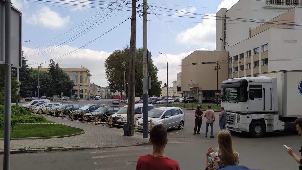 Муж одной из заложниц пытался пробраться в автобус в Луцке: фото