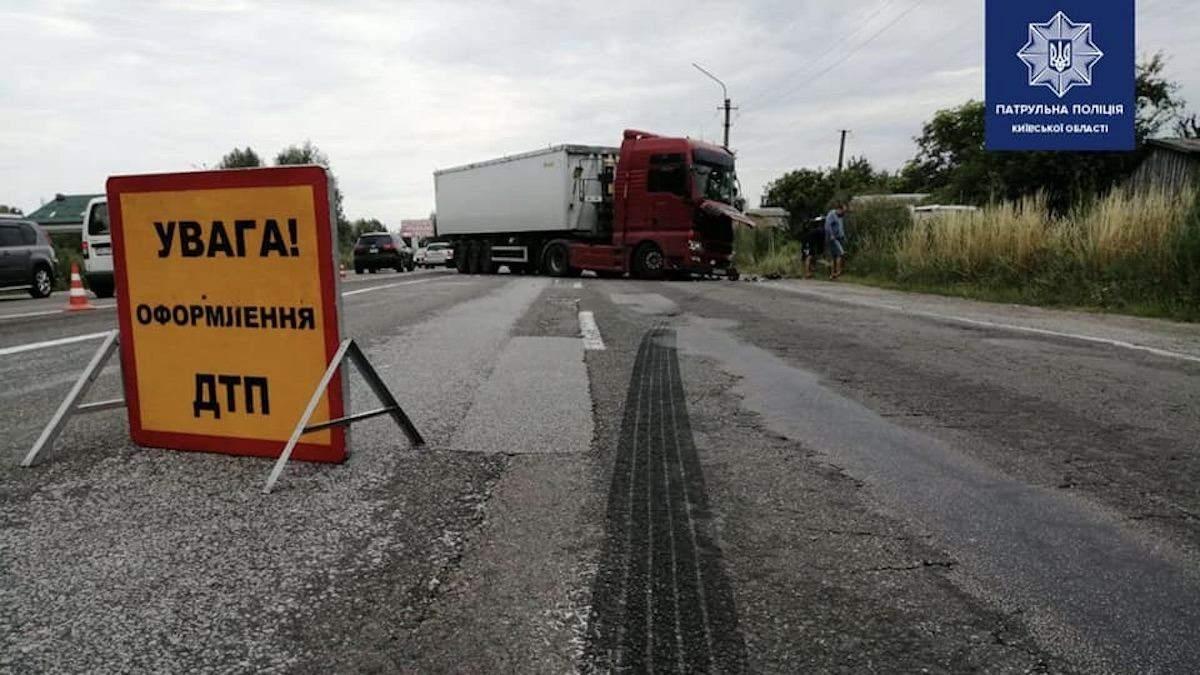 ДТП під Києвом біля села Семиполки 25.07.2020, є жертва: фото, відео