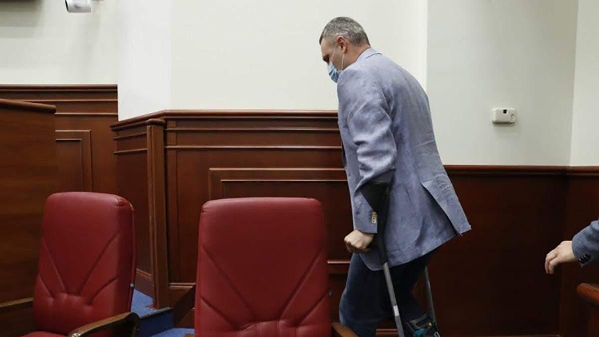 """Кличко прийшов у Київраду на милицях і пожартував, що може """"накостиляти"""" чиновникам"""