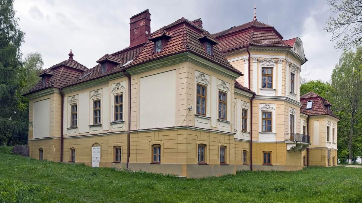 Палац стоїть на місці замку