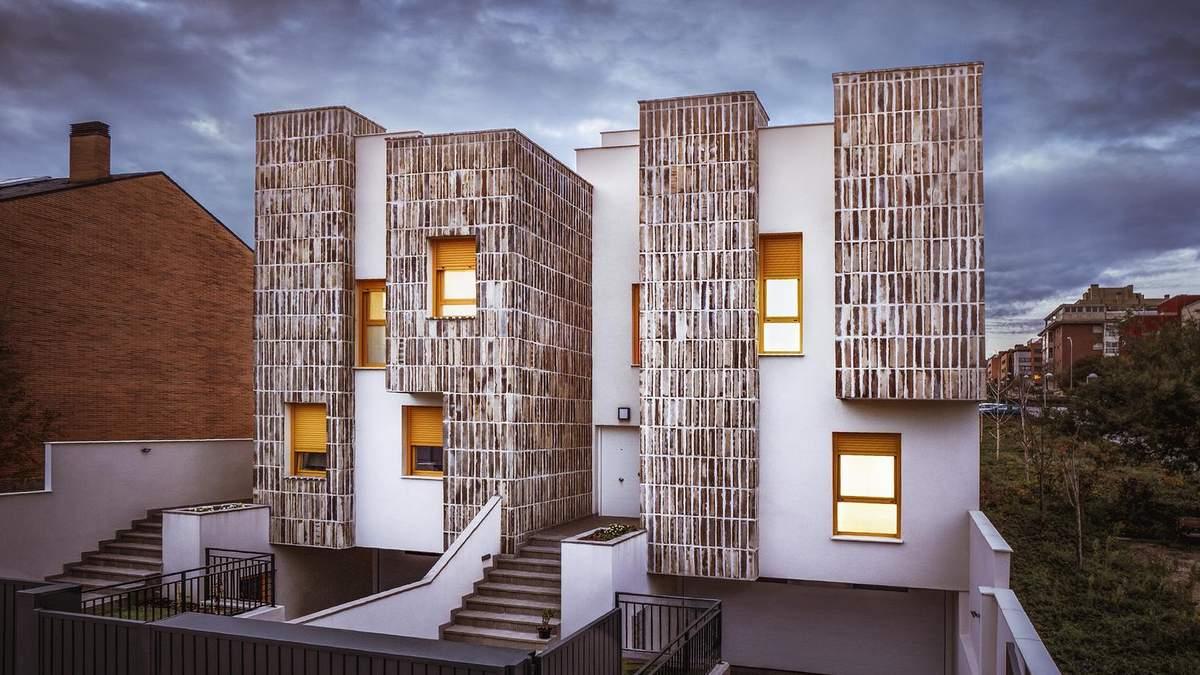Фасад имеет дизайн с керамическими вставками