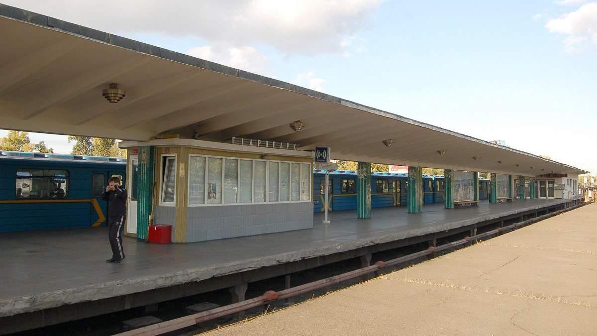 """Біля станції метро """"Гідропарк"""" двоє юнаків стрибнули з вагона в Дніро"""