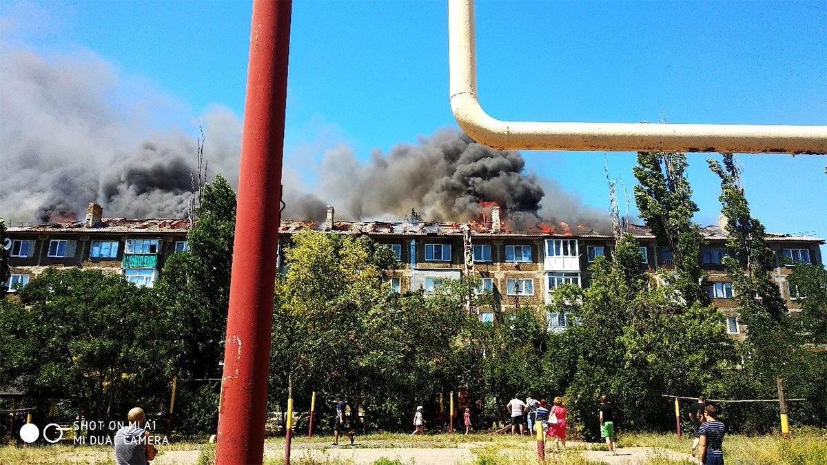 Пожар в оккупированном Торезе: загорелся многоквартирный дом – фото, видео