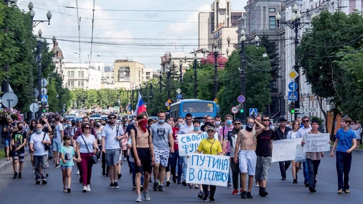 Время с ними покончить: против чего протестуют в Хабаровске и Минске?