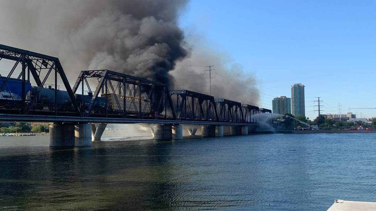 Пожежа на мості в Аризоні: потяг зійшов з рельс