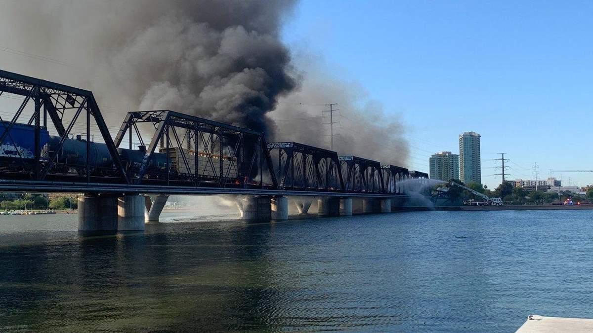 В США поезд сошел с рельс, вспыхнул и обрушил мост: впечатляющие фото и видео