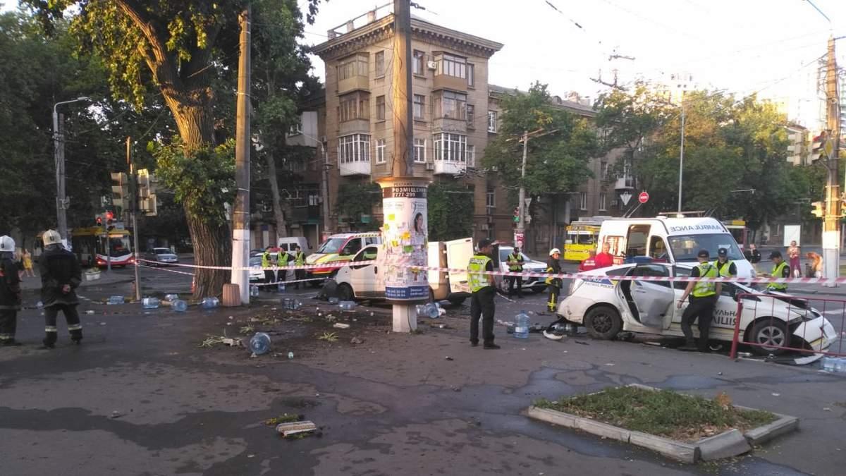 Масштабна ДТП із потерпілими в Одесі: патрульні протаранили мікроавтобус – фото, відео