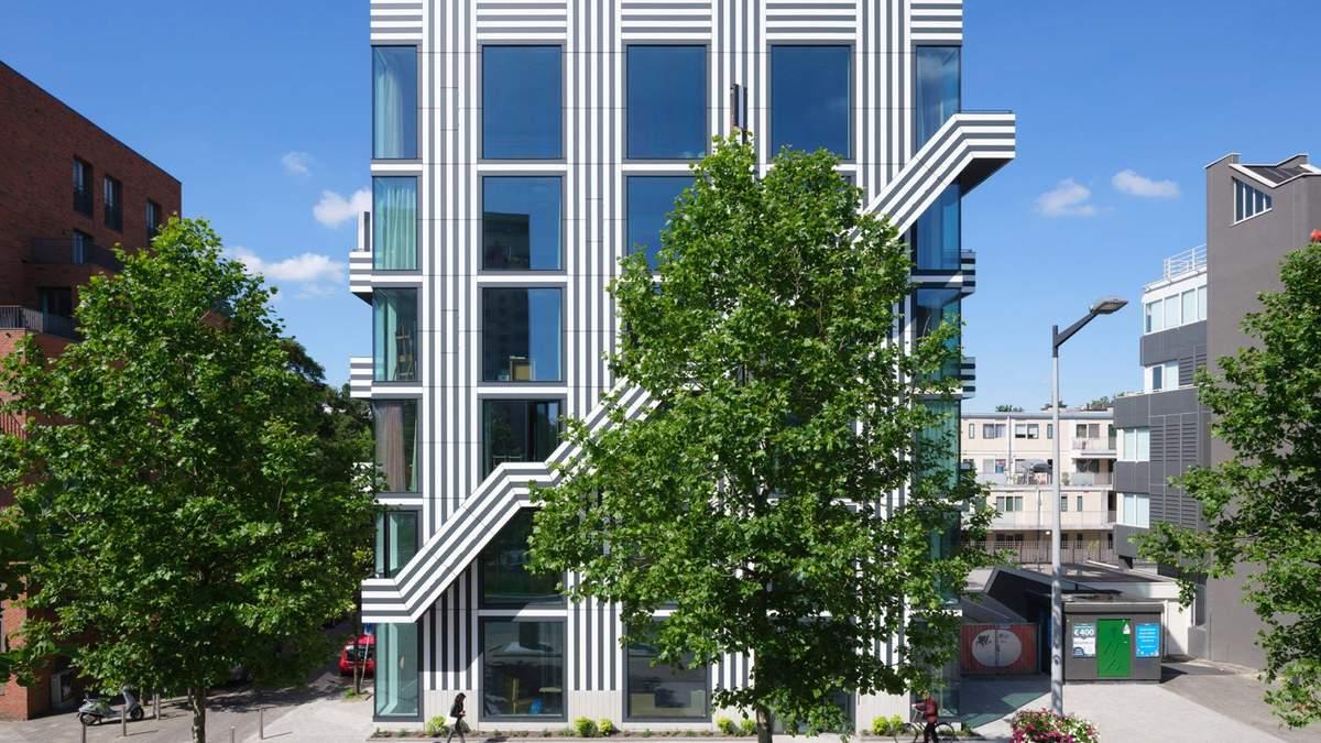 Будівля розташована на околиці Амстердама