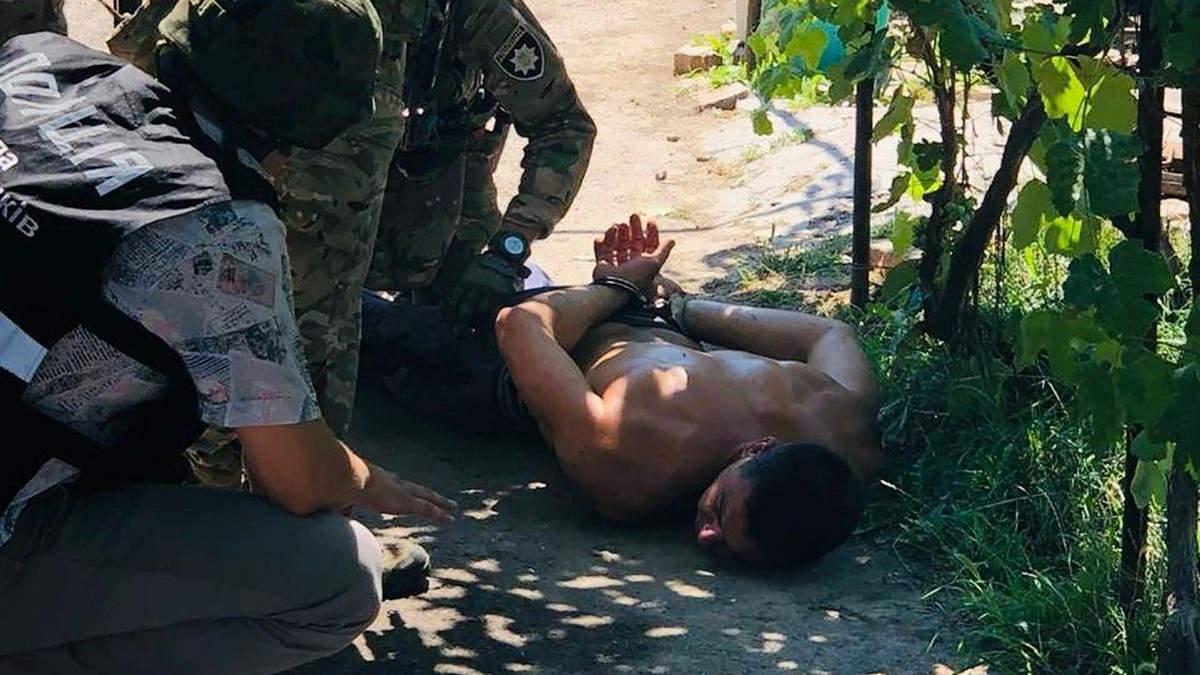 Неадекватний молодик вистрілив у батька на Херсонщині: його затримували без застосування зброї