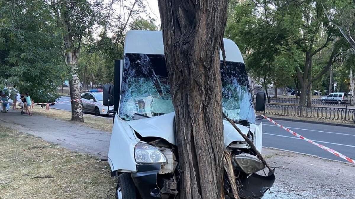 У Миколаєві маршрутка в'їхала в дерево: багато постраждалих – фото, відео