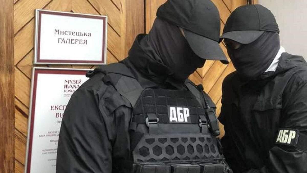 ГБР задержало своего следователя и работника полиции за взятку в 80 тысяч долларов