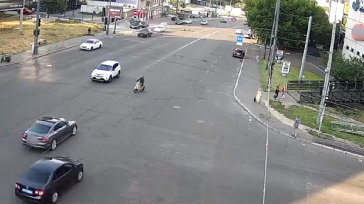 В Киеве авто на скорости снесло мопедиста: тот чудом уцелел