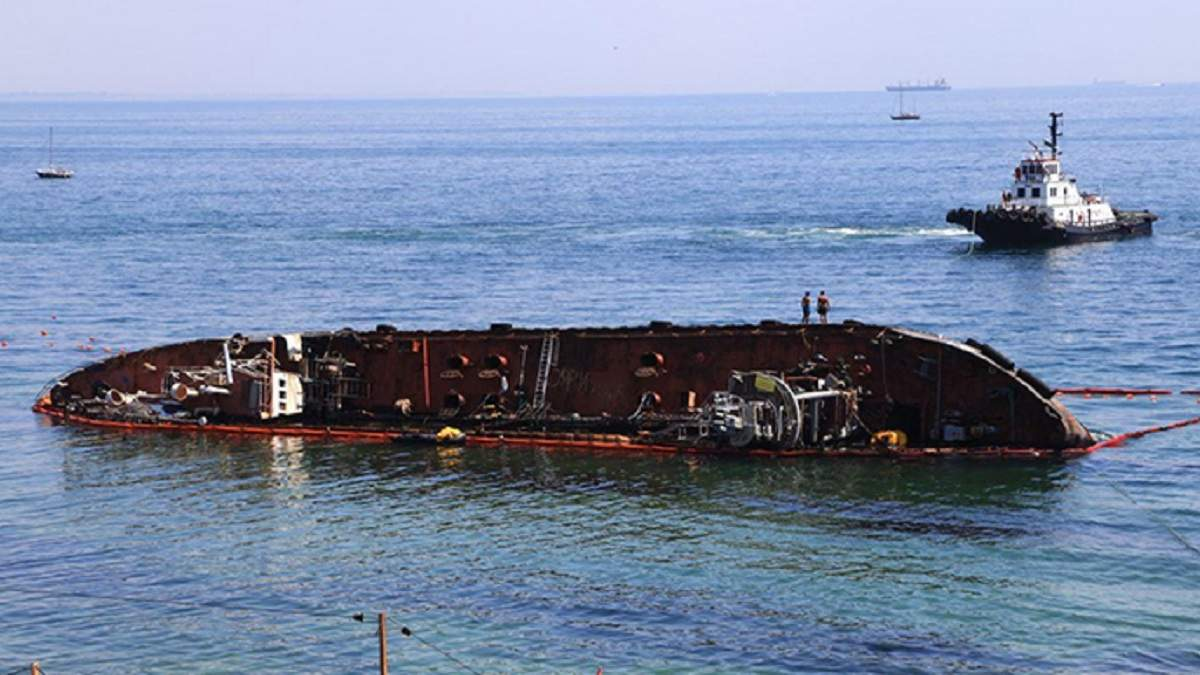 Госэкоинспекция не рекомендует разрезать танкер Delfi: угрозы