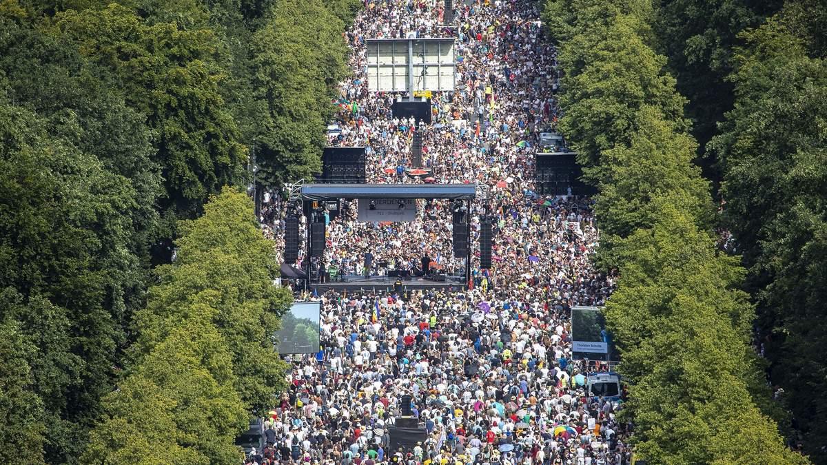 Масштабна акція протесту проти коронавірусних обмежень пройшла у Берліні: фото, відео