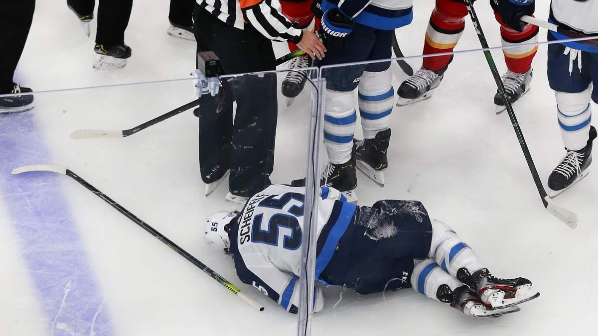 Марк Шайфли на льду после травмы