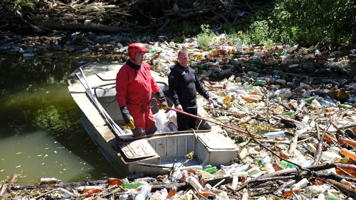 На річці Боржава сміттєвий затор: рятувальники витягли понад 110 кубічних метрів непотребу