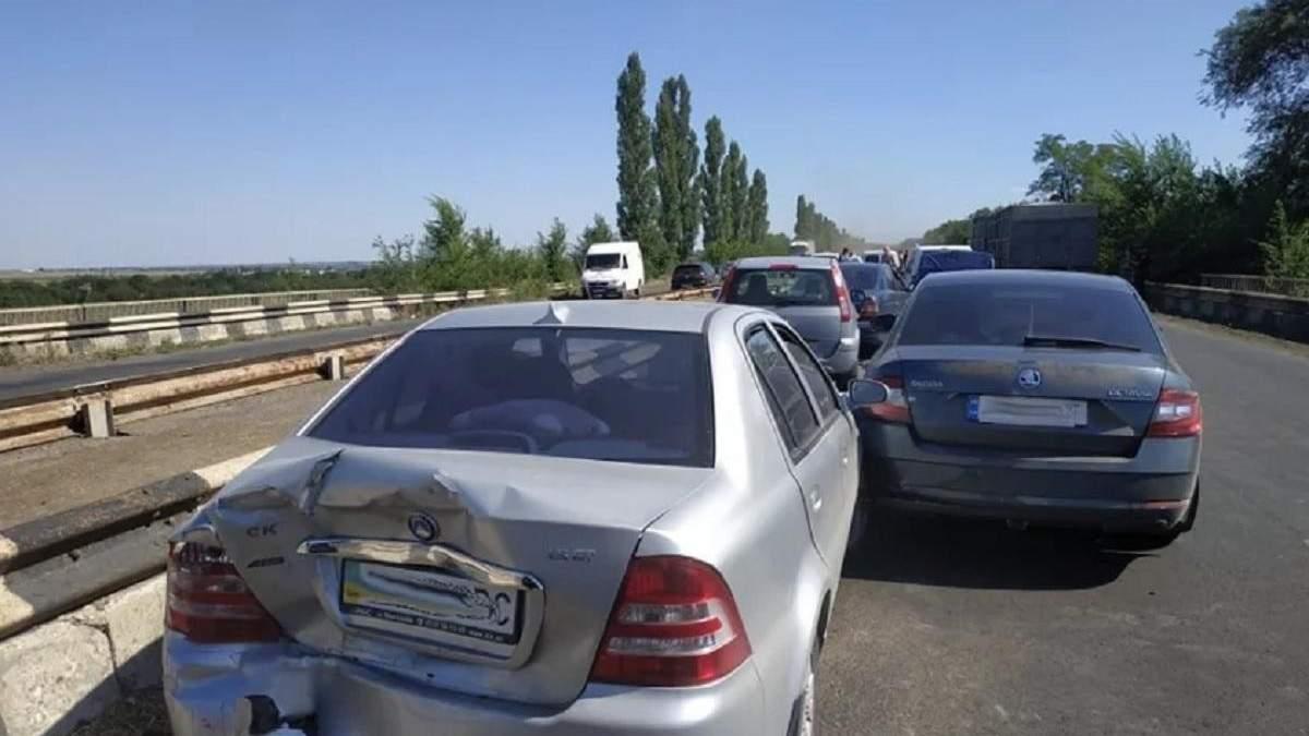 Под Николаевом столкнулись 9 авто - есть пострадавшие: фото, видео