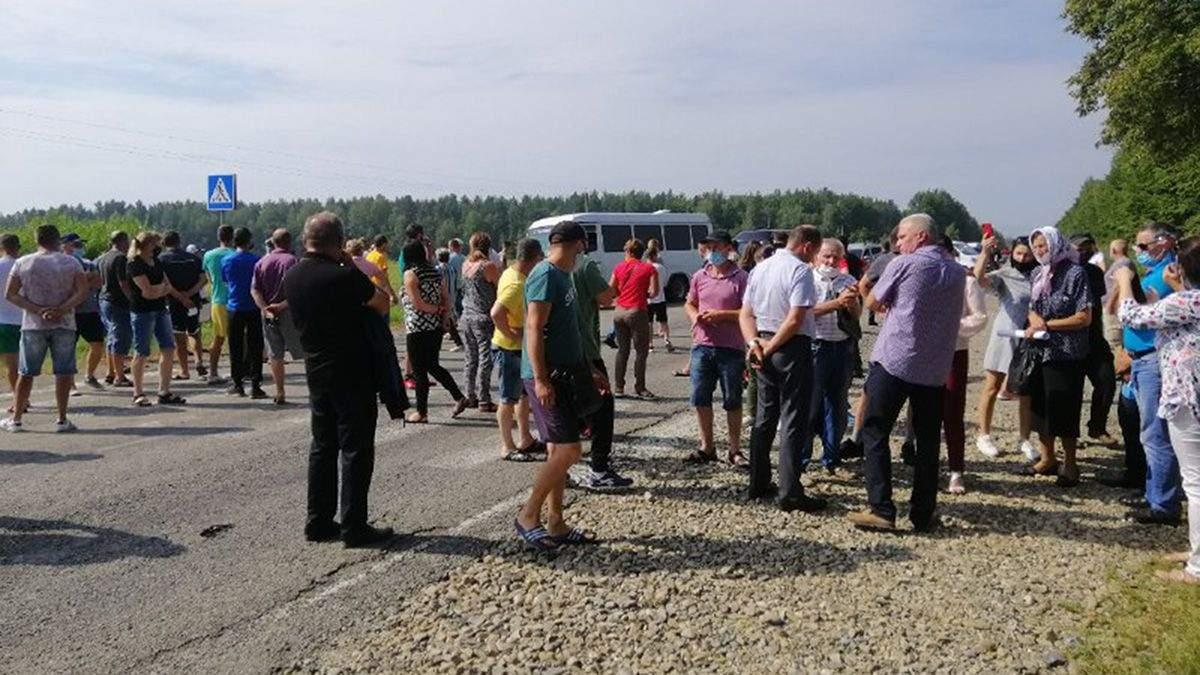 В Івано-Франківській області перекрили дорогу, вимагаючи відремонтувати її