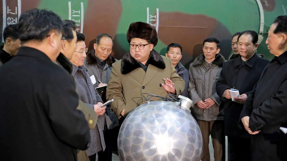 Ким Чен Ын и модель ядерной боеголовки