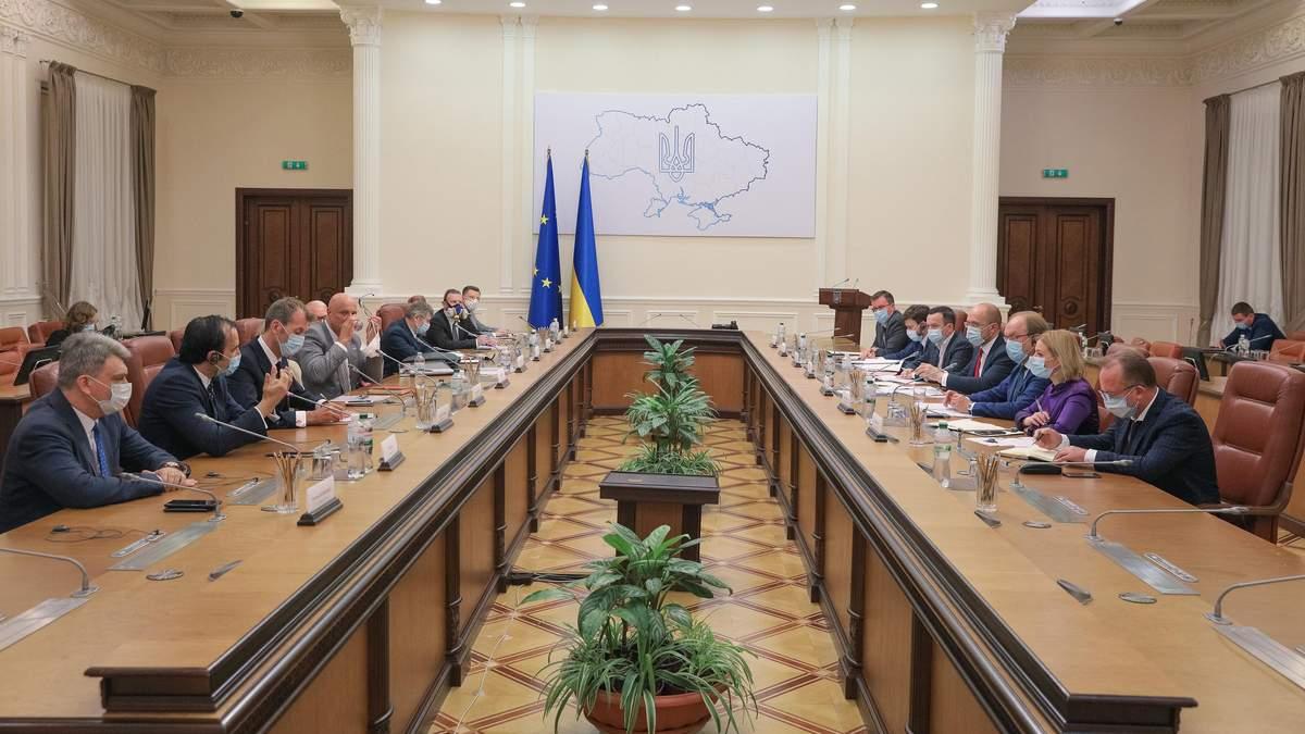Куди не глянь – одні радники й помічники: скільки осіб допомагають міністрам уряду Шмигаля