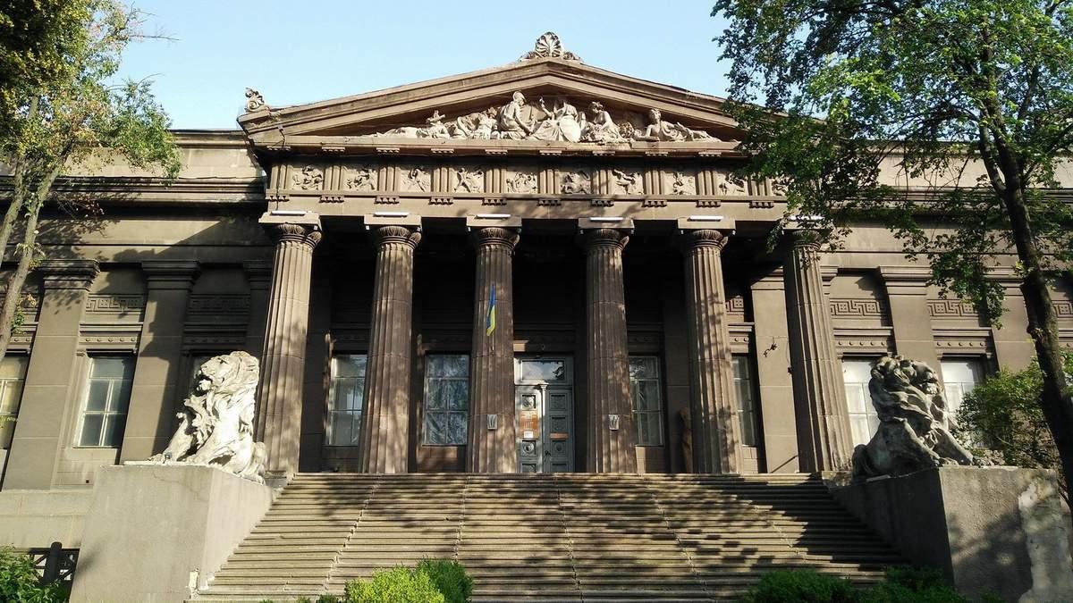 У здания Национального художественного музея обвалился портик, заведение закрыли: фото