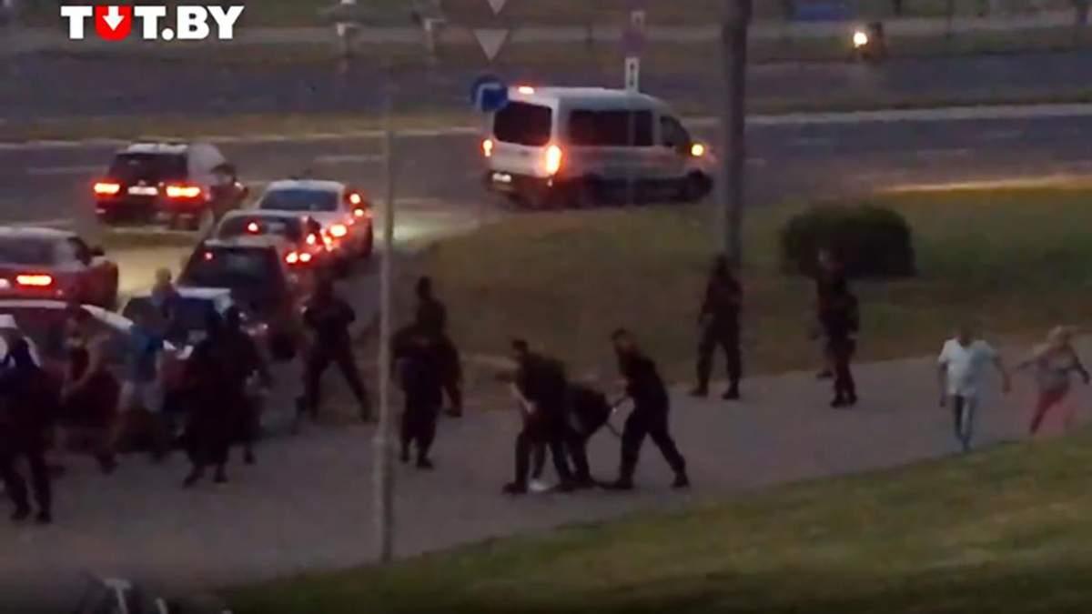 В Минске протестующие избили ОМОН 9 августа 2020: видео