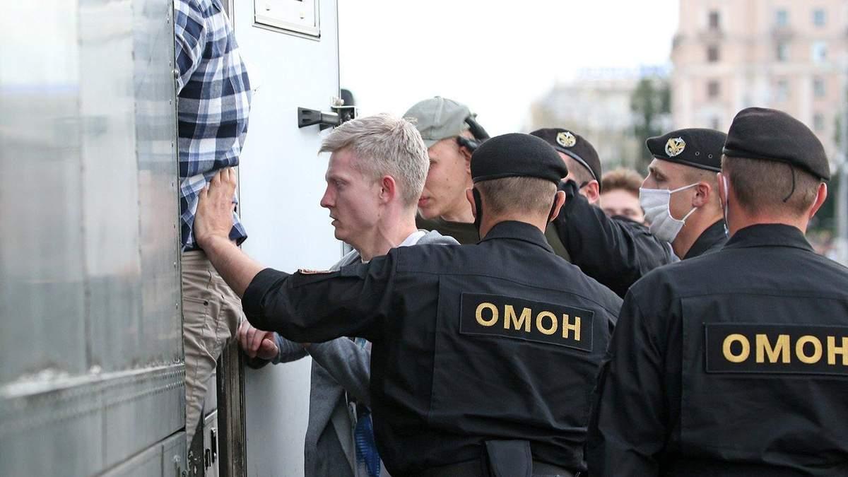 Кровавые протесты в Беларуси: ОМОН зверски избил пару, которая отдыхала в одном из дворов