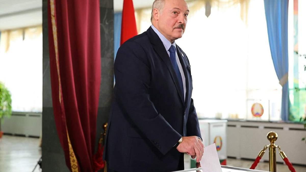 Олександр Лукашенко на виборчому участку в Мінську