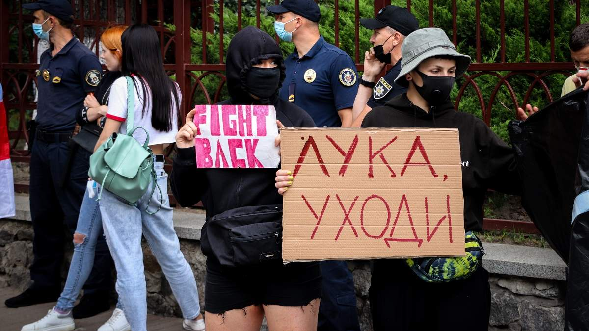 Под Посольством Беларуси в Киеве протесты: есть задержанные - фото, видео