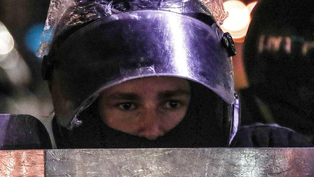 Протестующий дал пинка под зад ОМОНовцу: курьезное видео