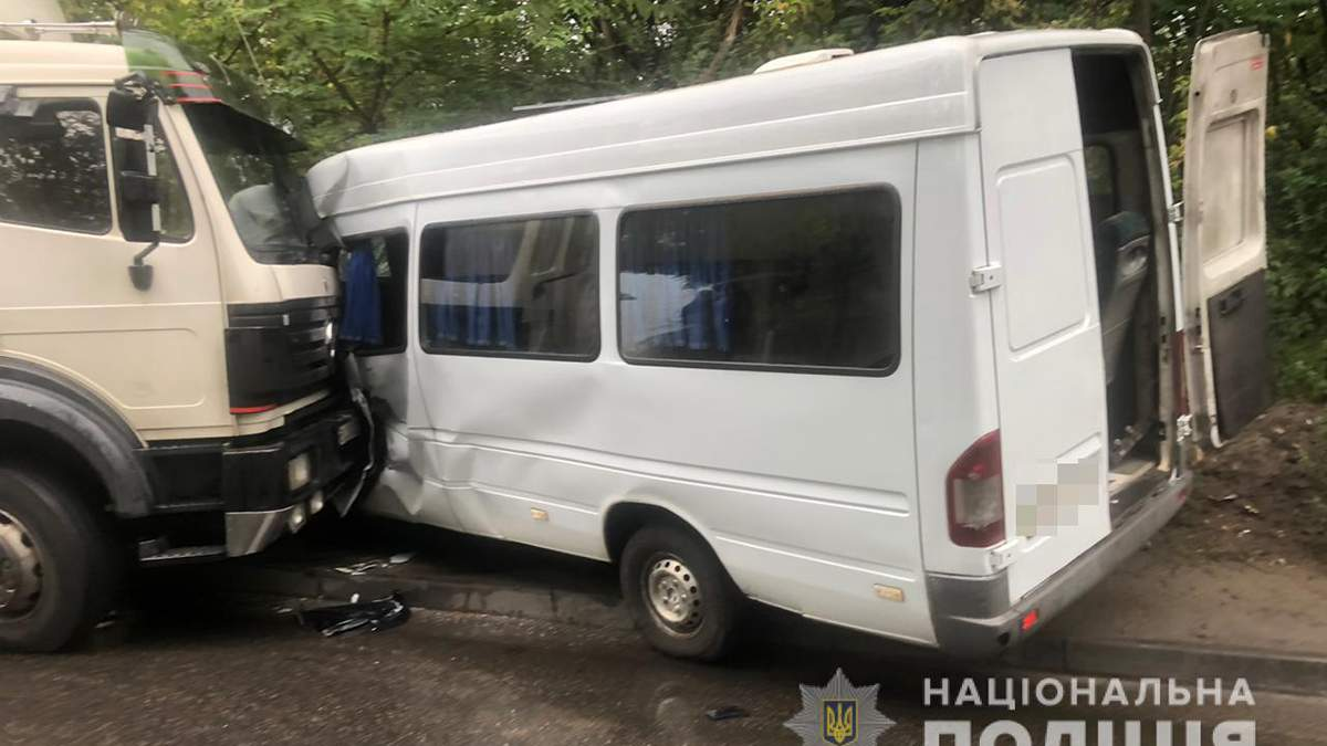 У Дніпрі вантажівка протаранила маршрутку: є постраждалі