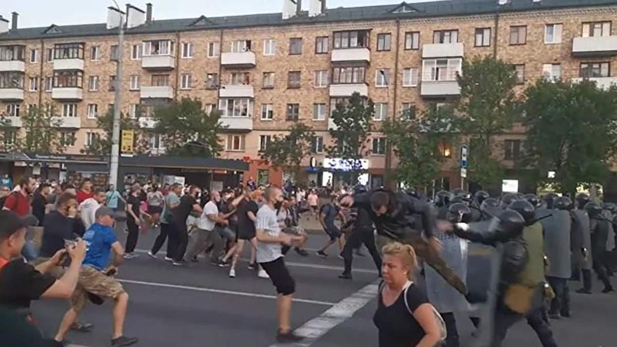 Бійка протестувальників з ОМОНом у Бресті 10 серпня 2020: відео