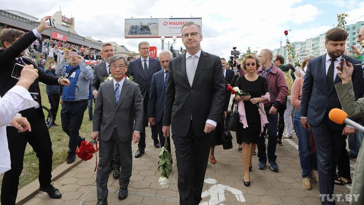 Дипломати ЄС і США поклали квіти до місця загибелі учасника протестів у Мінську: фото, відео
