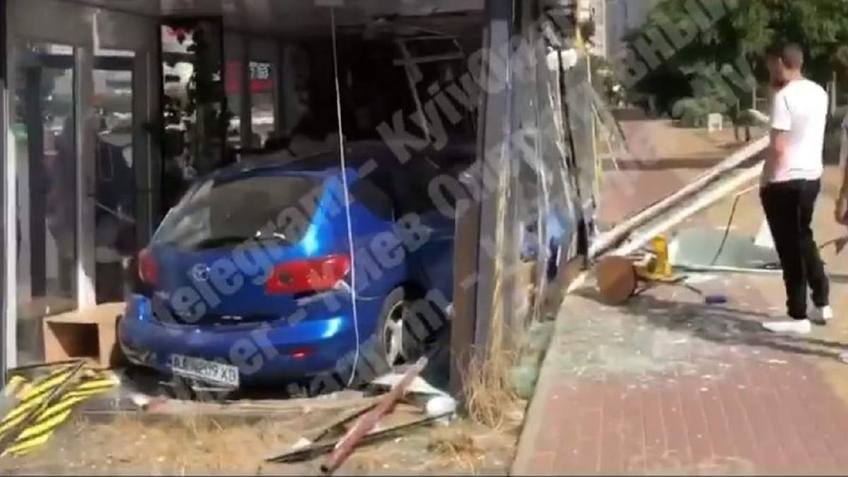 ДТП у Києві 14 серпня 2020: відео, як авто в'їхала у кав'ярню