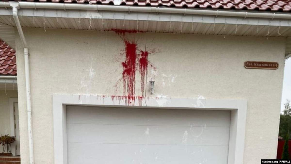 Будинок Латушка залили фарбою