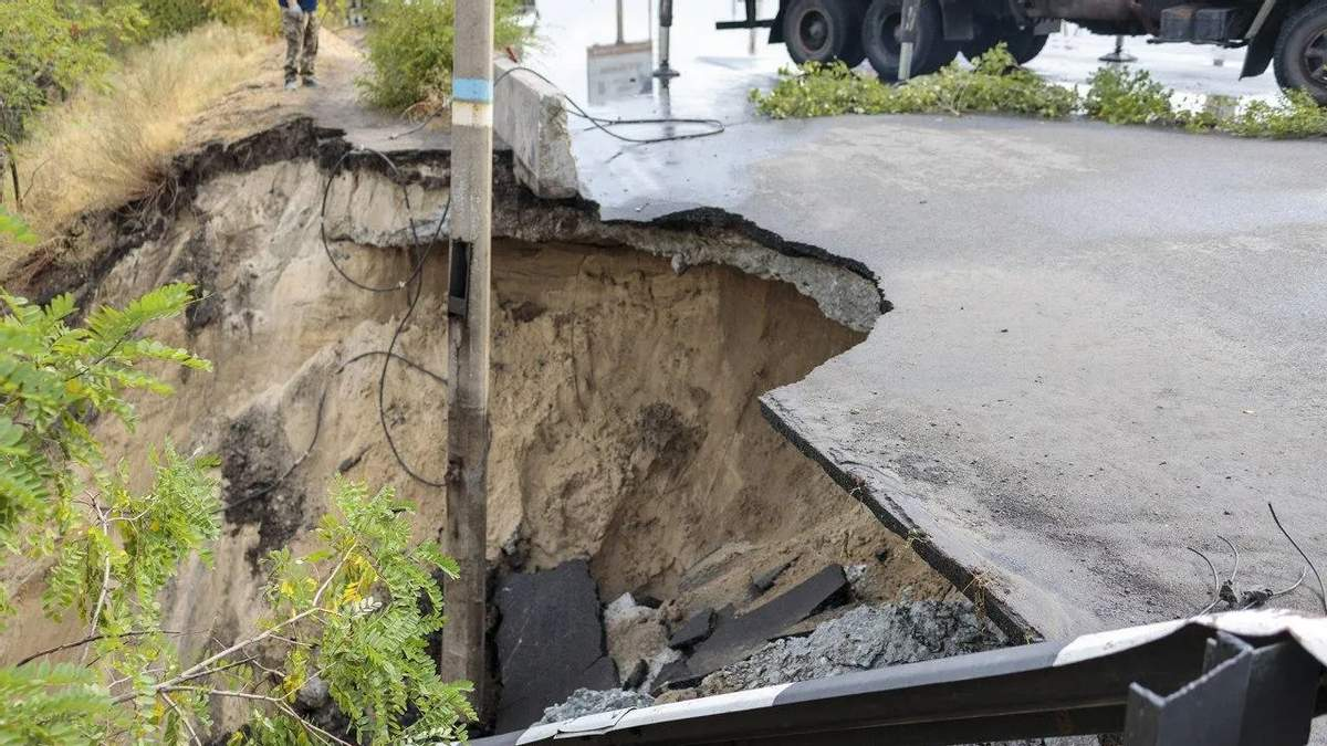 Міст через Дніпро не пережив рясного дощу та обвалився в Кам'янському: фото