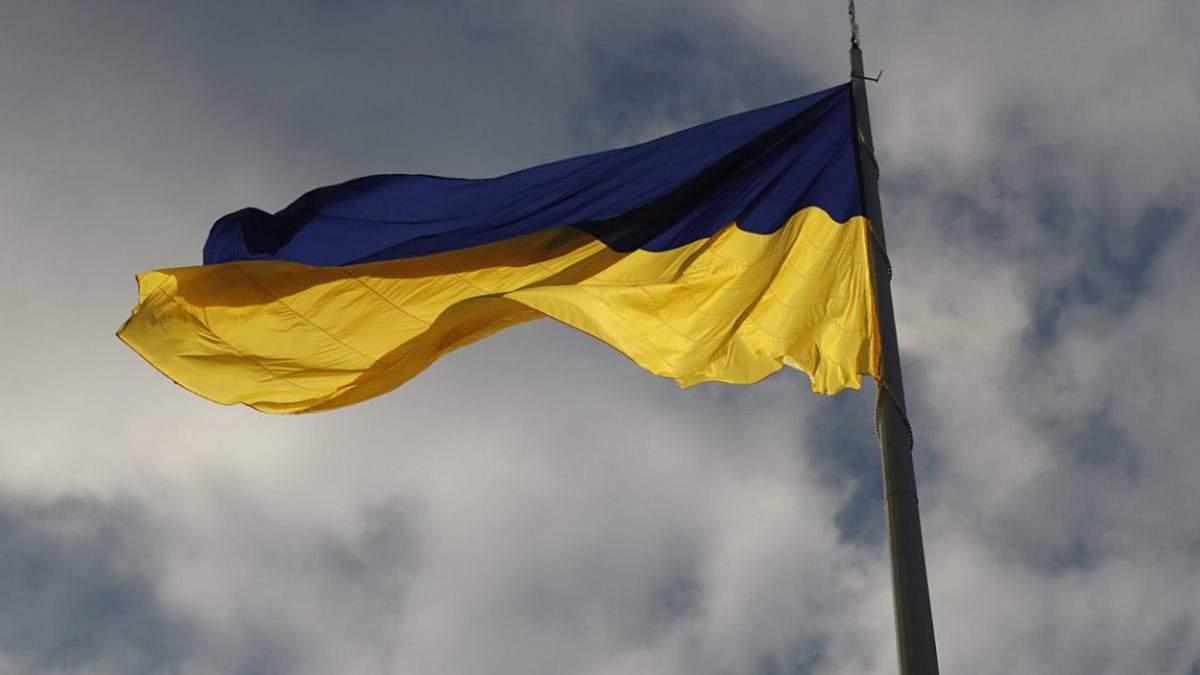 В Киеве подняли самый большой флаг в Украине: впечатляющие фото и видео
