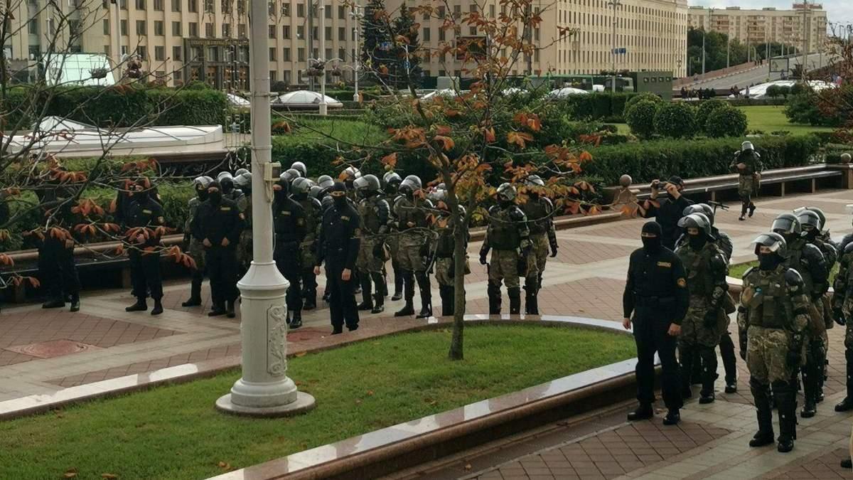 С акции – в автозак: сколько людей задержали во время протестов в Беларуси