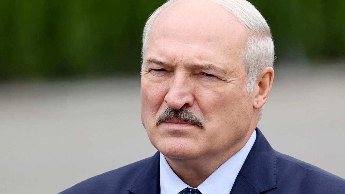 Олександр Лукашенко все ще грає в легитимність
