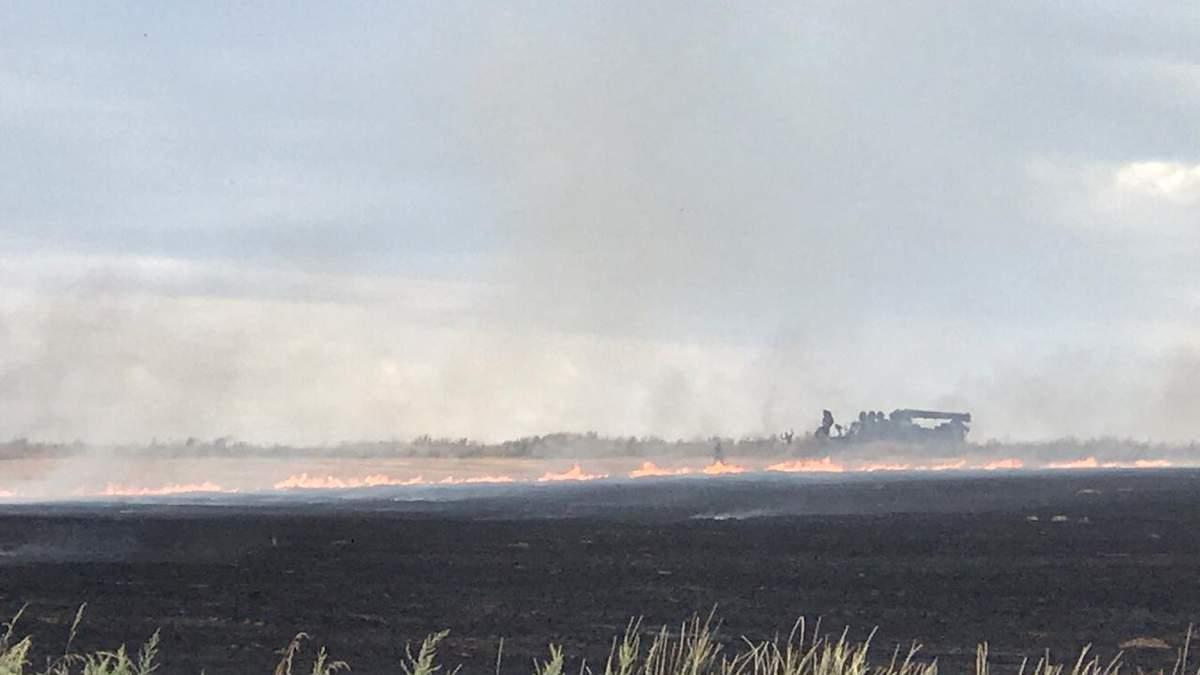 Пожежа на лінії розмежування: 10 вибухів, поранений рятувальникик